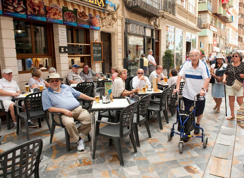 How many foreigners live in Spain and what are their nationalities?
