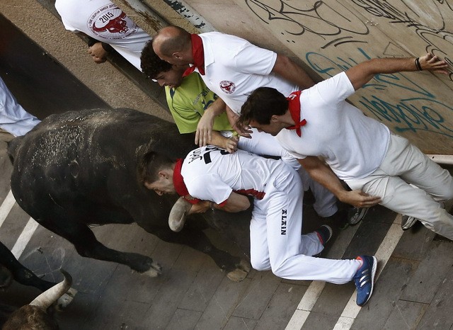 Two gored in seventh Pamplona bull run