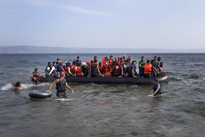 Syrian refugees reach Greek mainland, fleeing chaos of Lesbos