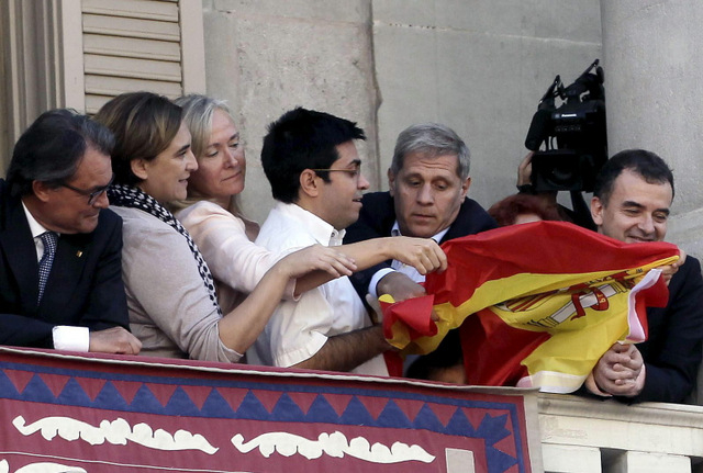 Tension erupts in flag dispute on Barcelona Town Hall balcony