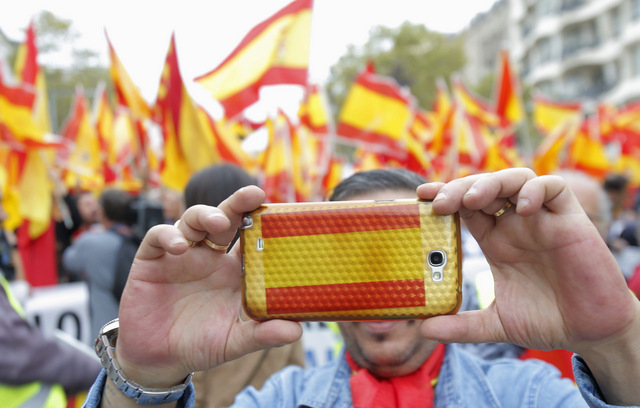 Barcelona marchers defend the right to remain Spanish