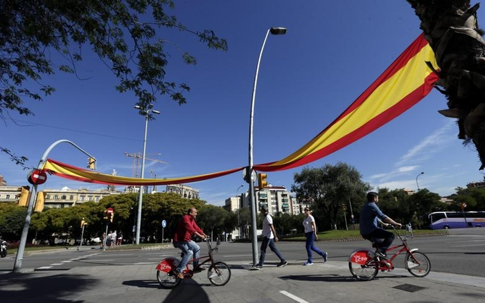 Spanish nationalists defy separatism with Barcelona flag campaign