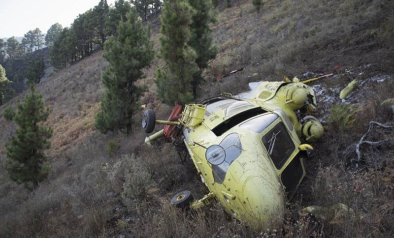 La Palma firefighting helicopter crashes into the mountainside