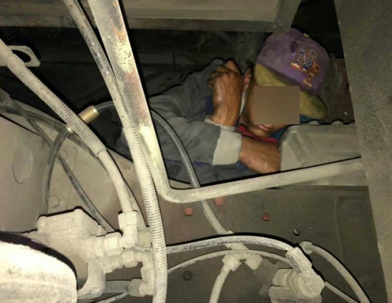 Young immigrant detained in Ceuta inside bus engine