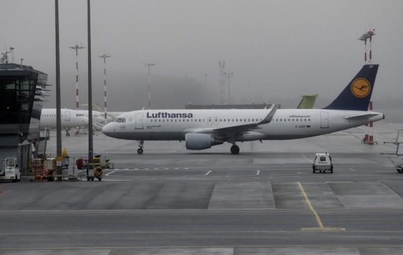 Lufthansa and pilots reach pay deal, but clash over cost cuts