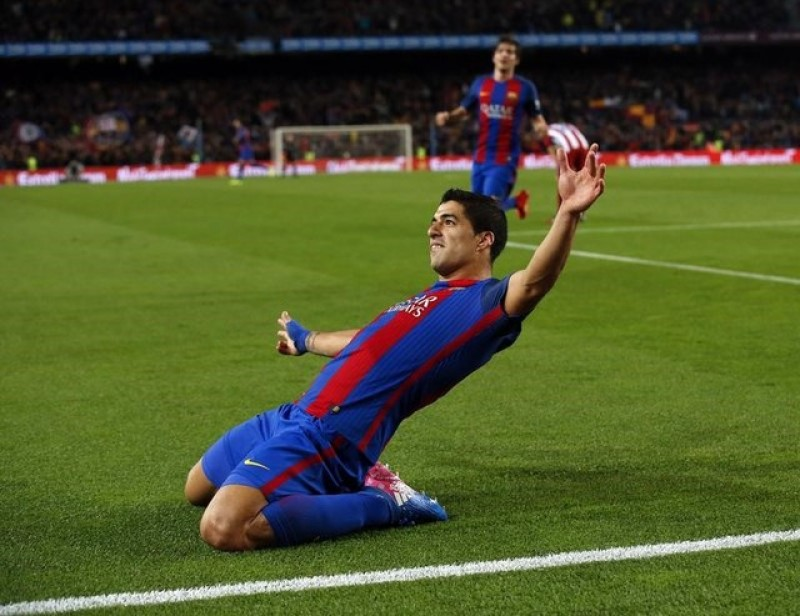 Suarez says Barcelona have not given up on Champions League