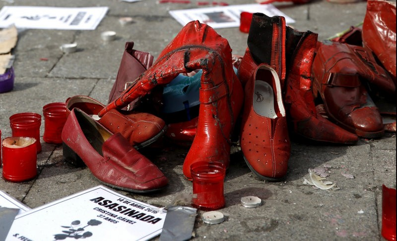 Hunger strike and red shoes against gender violence in Madrid