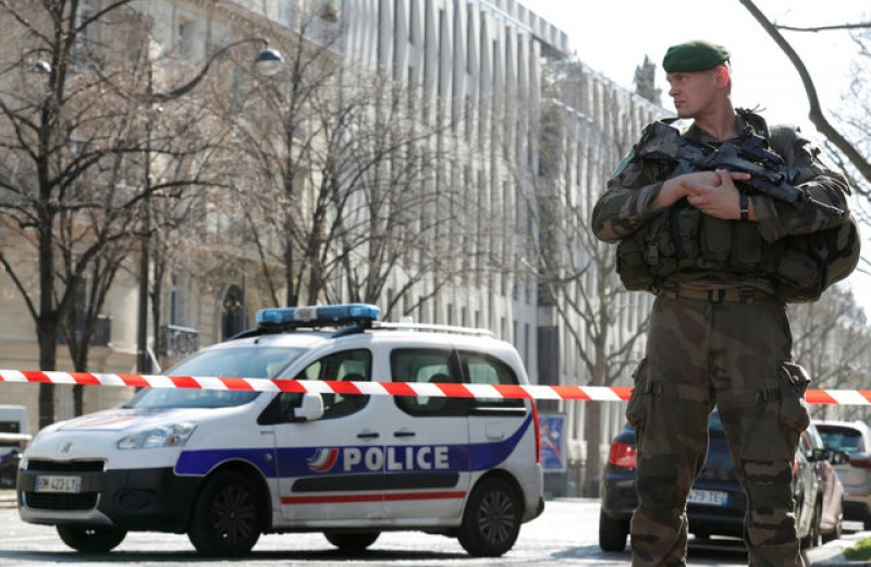 Letter bomb at IMF's Paris office injures employee