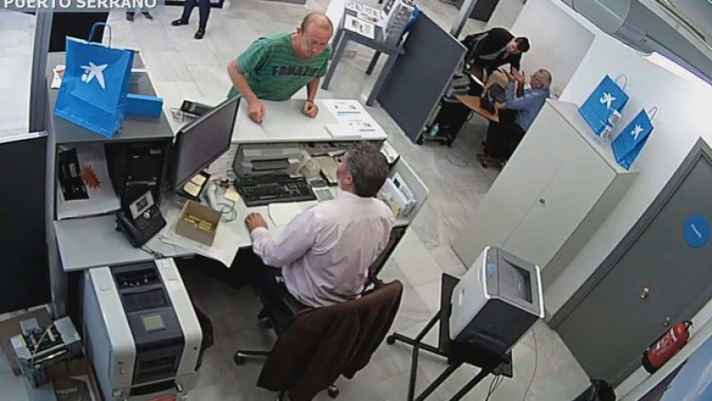 Surreal bank hold-up in Cadiz as robber counts out his own money