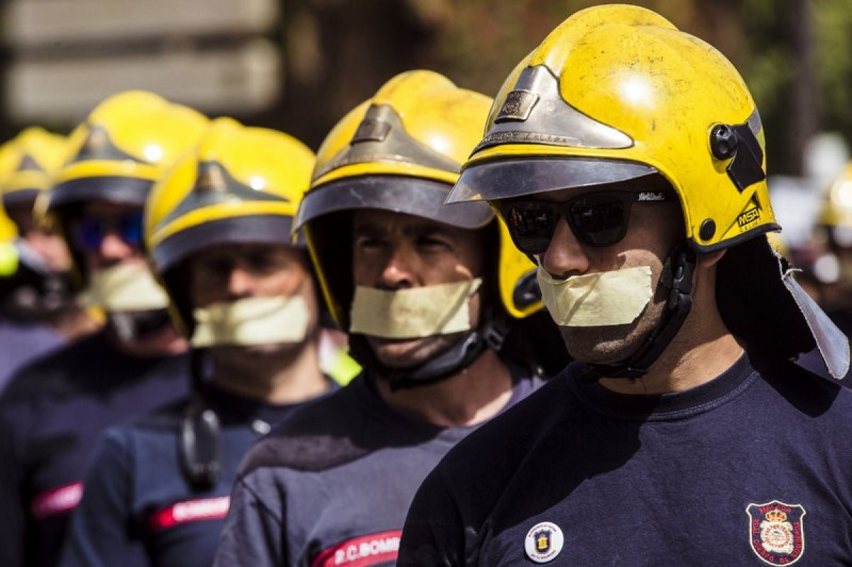 Malaga marchers join firefighters in mass protest