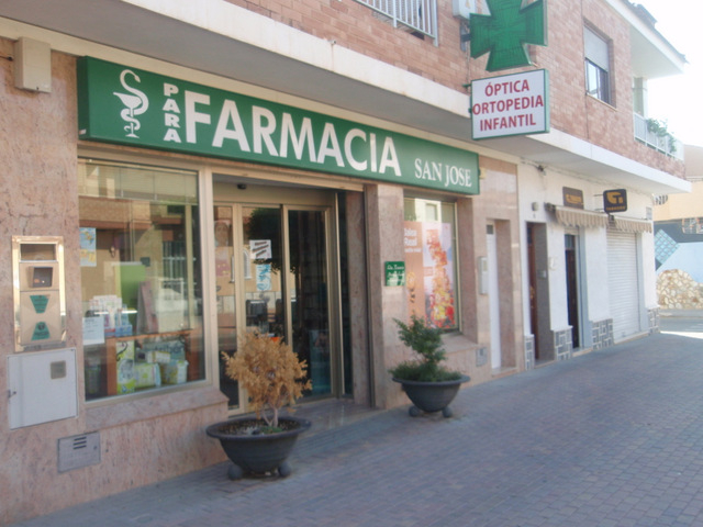 Medical centre and pharmacies in Roldán