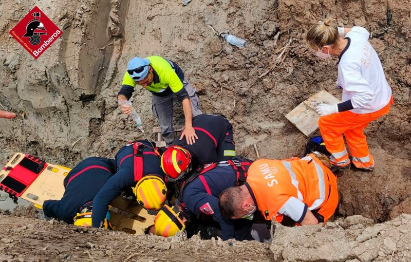 <span style='color:#780948'>ARCHIVED</span> - Human chain to remove 38-year-old trapped in San Fulgencio ditch