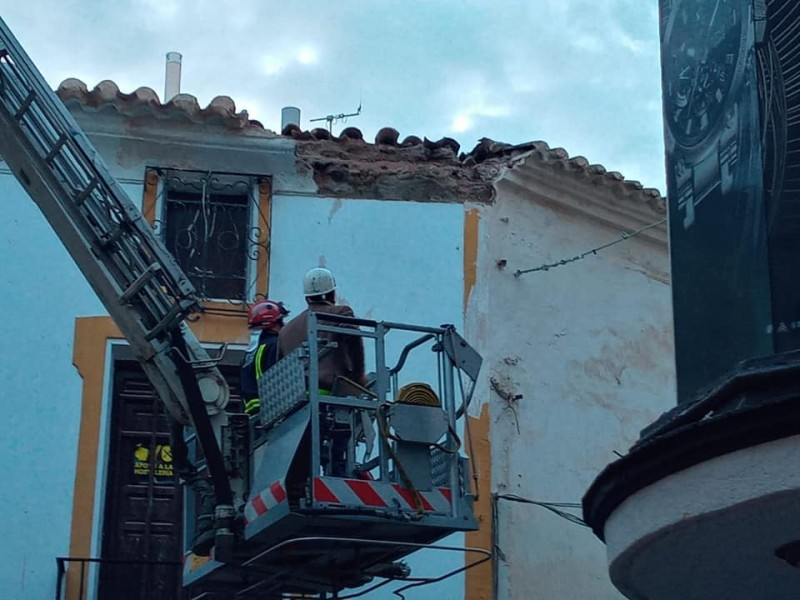 <span style='color:#780948'>ARCHIVED</span> - Heavy shower causes masonry to fall on Lorca bar terrace