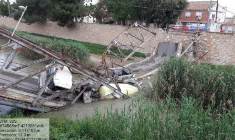 <span style='color:#780948'>ARCHIVED</span> - Cement mixer removed from the River Segura at a cost of 1 million euros