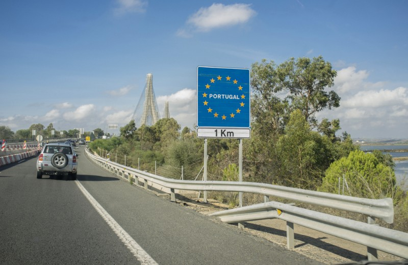 <span style='color:#780948'>ARCHIVED</span> - Portugal re-opens border with Spain on Saturday