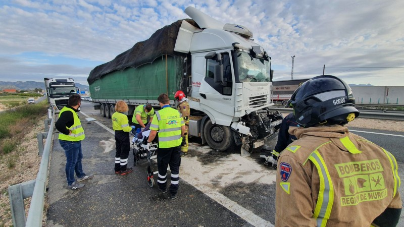 <span style='color:#780948'>ARCHIVED</span> - Lorry driver seriously injured in traffic accident on the A-30 near Fortuna