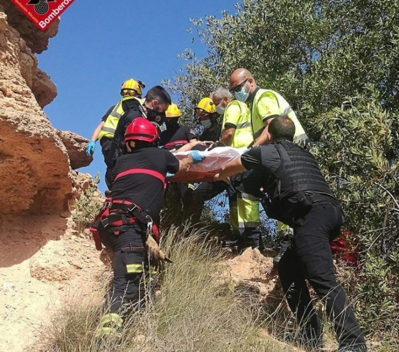 <span style='color:#780948'>ARCHIVED</span> - Dramatic rescue after woman falls five metres off cliff in Orihuela Costa