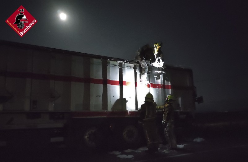 <span style='color:#780948'>ARCHIVED</span> - Lorry bursts into flames at Alicante service station in Villena