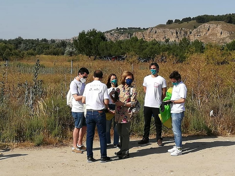 <span style='color:#780948'>ARCHIVED</span> - Hands-on Queen Sofia of Spain joins litter pickers in Madrid