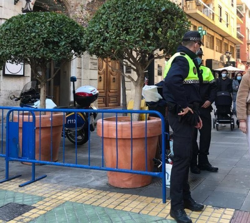 <span style='color:#780948'>ARCHIVED</span> - Police find staff including chef with Covid working at Alicante restaurant