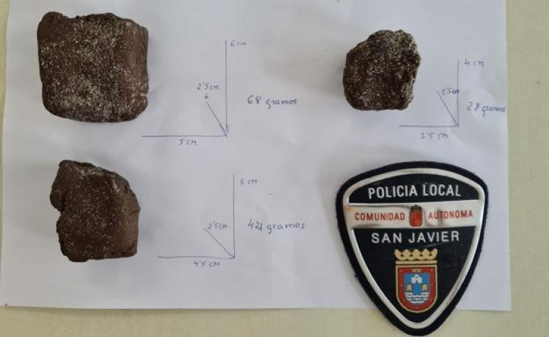 <span style='color:#780948'>ARCHIVED</span> - La Manga beachgoer finds several pieces of hashish washed up on the shore