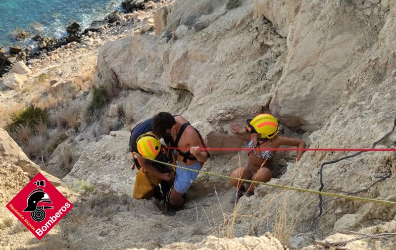 <span style='color:#780948'>ARCHIVED</span> - Young couple in dramatic cliff rescue in Villajoyosa